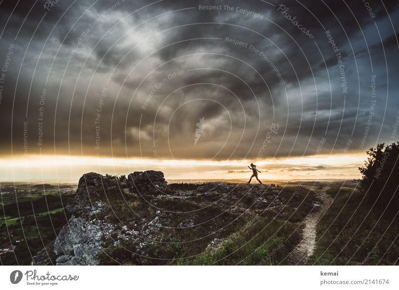 Im Angesicht des Sturms Mensch Himmel Natur Sommer Landschaft Ferne dunkel Berge u. Gebirge Leben Umwelt außergewöhnlich Freiheit Felsen wandern Wetter Kraft