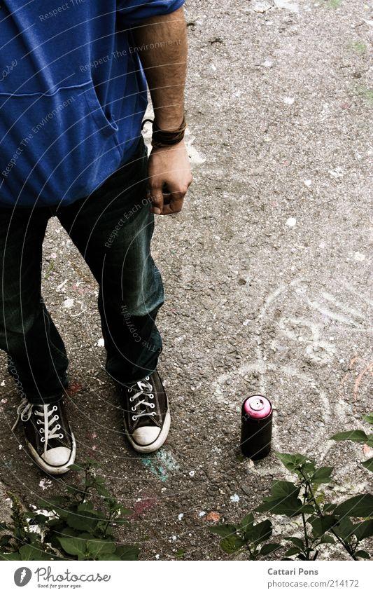 bei der Arbeit... Mensch Jugendliche maskulin stehen Chucks anonym Künstler Anschnitt Bildausschnitt Mann Tagger unerkannt unkenntlich Junger Mann Farbdose