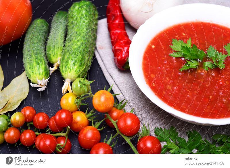 Kalte Sommer Suppe Gazpacho Gemüse Eintopf Kräuter & Gewürze Ernährung Mittagessen Abendessen Vegetarische Ernährung Diät Teller Tisch Küche Holz dick frisch