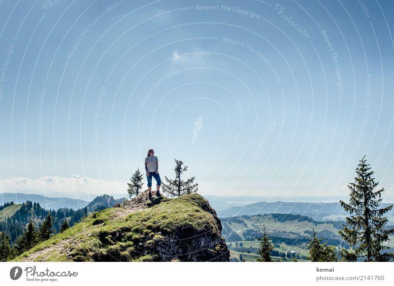 Aussichtspunkt Frau Mensch Himmel Natur Ferien & Urlaub & Reisen Sommer Landschaft Erholung ruhig Ferne Berge u. Gebirge Erwachsene Wärme Lifestyle Gras