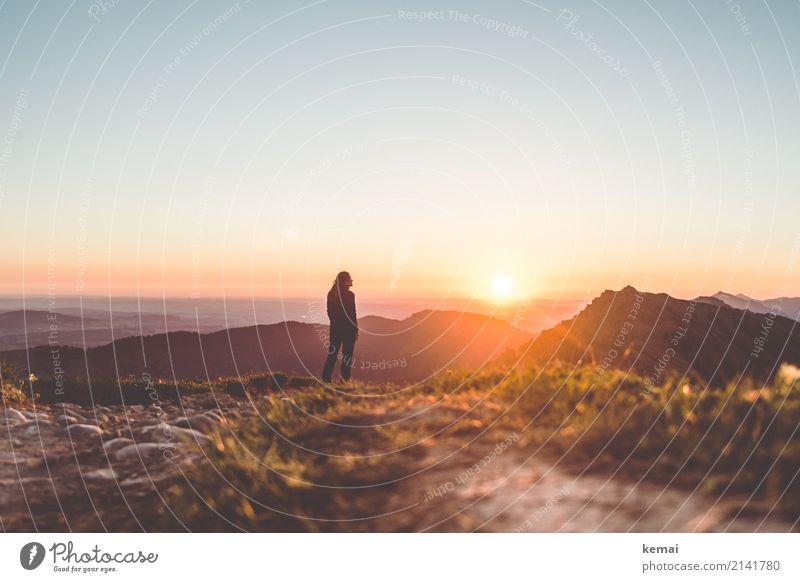 Früher Lichtgenuss in den Bergen Mensch Ferien & Urlaub & Reisen Sommer Landschaft Erholung ruhig Ferne Berge u. Gebirge Wärme Lifestyle feminin Gras Freiheit