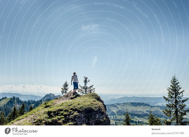 Frau auf Gipfel beim Wandern bei schönem Wetter Lifestyle Leben Wohlgefühl Zufriedenheit Erholung ruhig Freizeit & Hobby Ferien & Urlaub & Reisen Ausflug