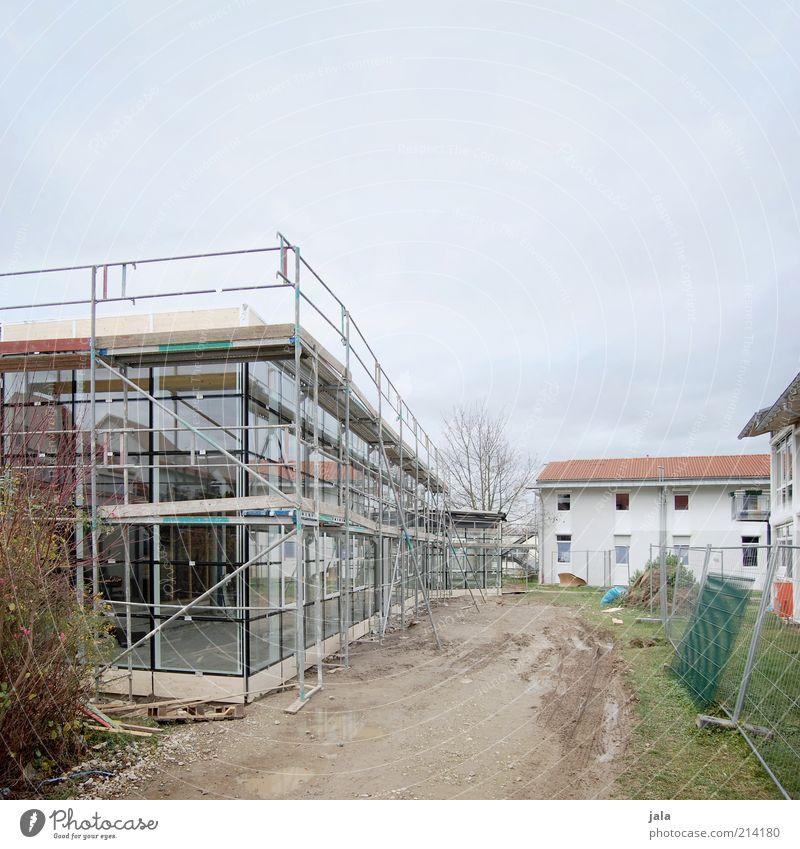 baustelle Himmel Haus Bauwerk Gebäude Architektur Baustelle Fassade Fenster Baugerüst bauen modern neu Farbfoto Außenaufnahme Menschenleer Textfreiraum oben
