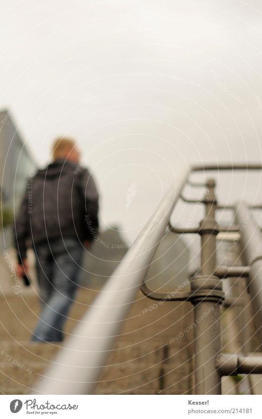Der Aufstieg Mensch maskulin Mann Erwachsene 1 Treppe Metall Stahl Bewegung gehen Farbfoto Gedeckte Farben Außenaufnahme Detailaufnahme Textfreiraum oben Tag