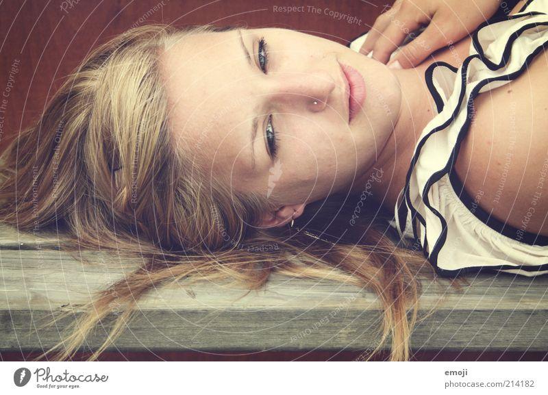 let it be a neverending lovestory feminin Junge Frau Jugendliche 1 Mensch 18-30 Jahre Erwachsene Lächeln liegen blond Kopf Nasenpiercing Piercing positiv