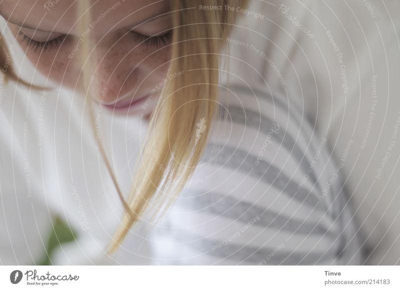 Mädchen schaut gedankenversunken nach unten Mensch weiß schön ruhig Gesicht grau Haare & Frisuren hell Zufriedenheit blond natürlich Pause authentisch niedlich