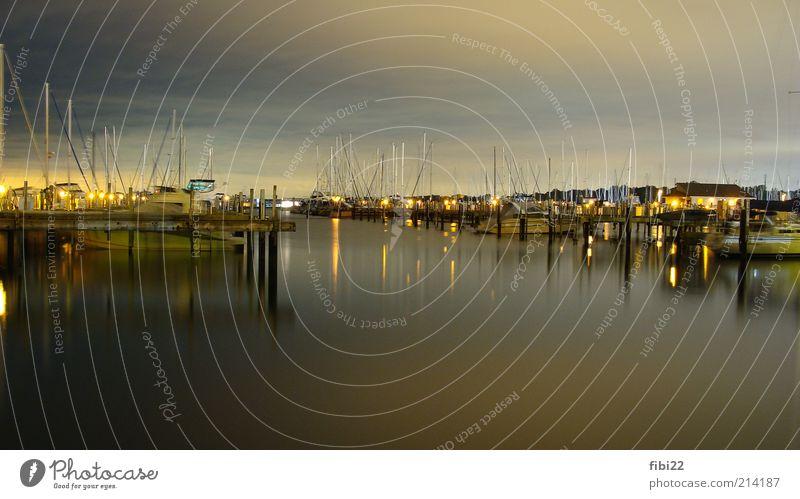 dockside Wasser ruhig gelb Erholung Gefühle glänzend nass gold USA nah Hafen Dorf leuchten Skyline Anlegestelle Abenddämmerung