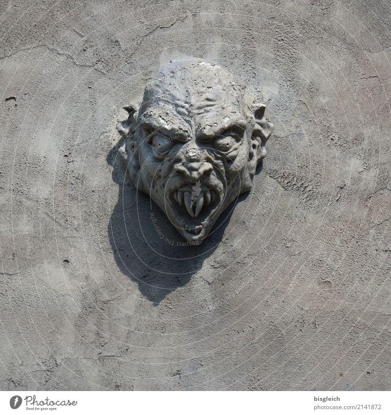 Monster Kopf Zähne Skulptur bedrohlich grau Dracula Farbfoto Außenaufnahme Textfreiraum unten Tag