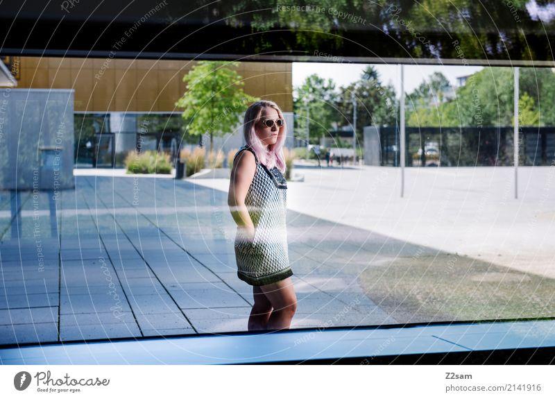 FALL 2017 Lifestyle elegant Stil feminin Junge Frau Jugendliche 18-30 Jahre Erwachsene Stadt Gebäude Architektur Fenster Mode Kleid Sonnenbrille blond