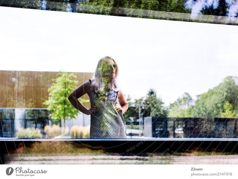 FALL 2017 Lifestyle elegant Stil feminin Junge Frau Jugendliche 18-30 Jahre Erwachsene Schönes Wetter Baum Stadt Gebäude Architektur Mode Kleid blond langhaarig
