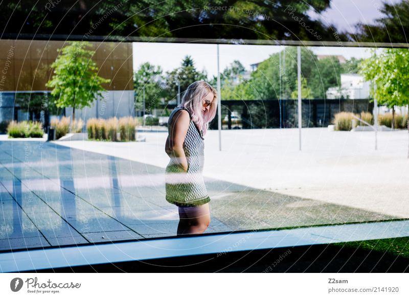 FALL 2017 Lifestyle elegant Stil feminin Junge Frau Jugendliche 18-30 Jahre Erwachsene Schönes Wetter Stadt Architektur Mode Kleid Sonnenbrille blond langhaarig