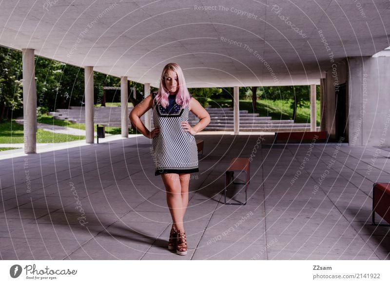 FALL 2017 Lifestyle elegant Stil feminin Junge Frau Jugendliche 18-30 Jahre Erwachsene Schönes Wetter Stadt Gebäude Architektur Mode Kleid blond langhaarig