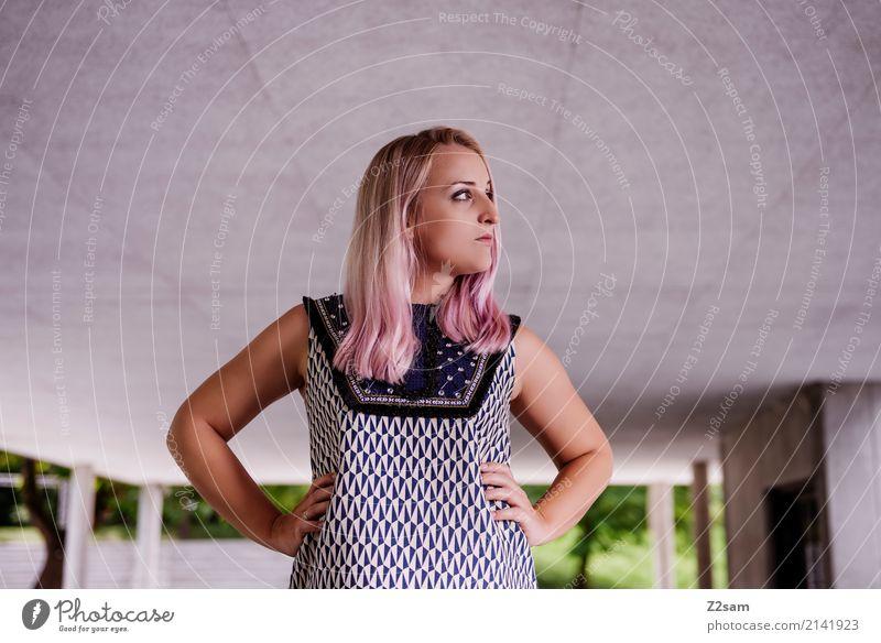 FALL 2017 Lifestyle elegant Stil feminin Junge Frau Jugendliche 18-30 Jahre Erwachsene Stadt Mode Kleid blond langhaarig Coolness trendy modern rosa Kraft