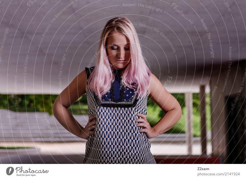 FALL 2017 Jugendliche Junge Frau Stadt schön 18-30 Jahre Erwachsene Architektur Lifestyle Traurigkeit feminin Stil Mode rosa Design träumen modern