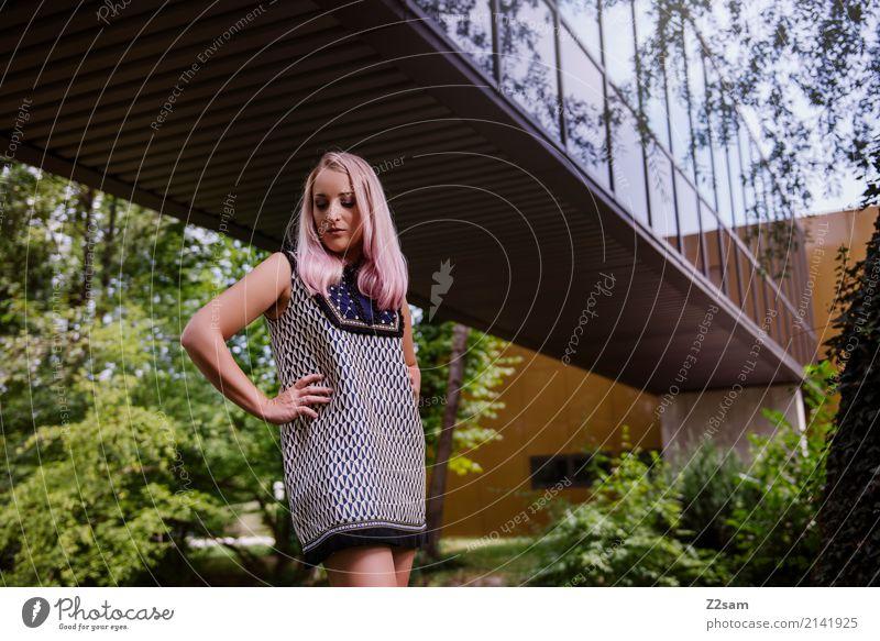 FALL 2017 Lifestyle elegant Stil feminin Junge Frau Jugendliche 18-30 Jahre Erwachsene Natur Sommer Schönes Wetter Baum Sträucher Park Bach Stadt Architektur