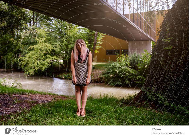 FALL 2017 Lifestyle elegant Stil feminin Junge Frau Jugendliche 18-30 Jahre Erwachsene Natur Sommer Schönes Wetter Baum Sträucher Bach Stadt Gebäude Architektur