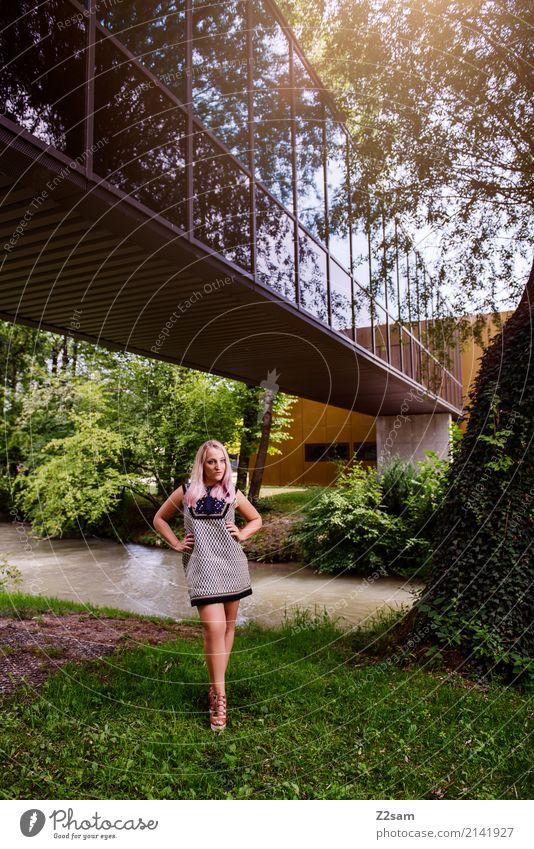 FALL 2017 Lifestyle elegant Stil feminin Junge Frau Jugendliche 18-30 Jahre Erwachsene Natur Sonnenlicht Sommer Schönes Wetter Baum Sträucher Park Wiese Stadt