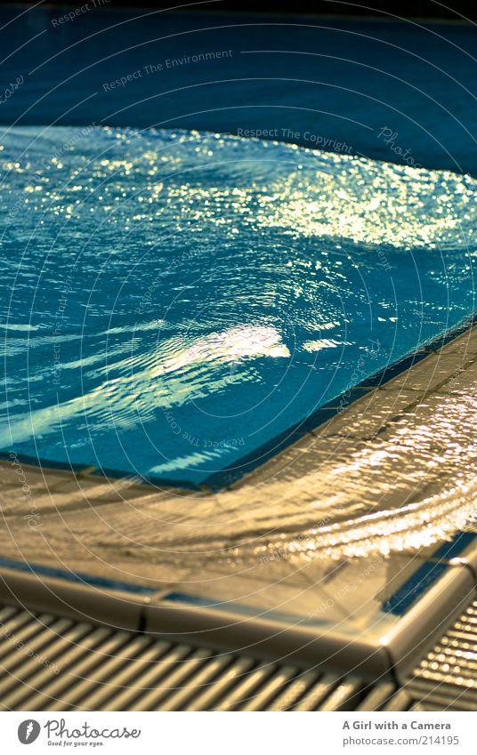 Letzte Badetag! harmonisch Erholung Sommer Schönes Wetter Originalität nass schwappen blau Schwimmbad Freibad Saisonende Menschenleer Detailaufnahme
