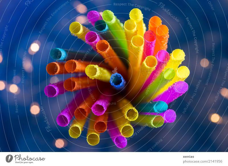 Bunter Strauß Trinkhalm Kunststoff blau gelb orange rosa mehrfarbig Blumenstrauß Licht Lichterkette Vielfältig Wassertropfen Farbfoto Studioaufnahme Nahaufnahme