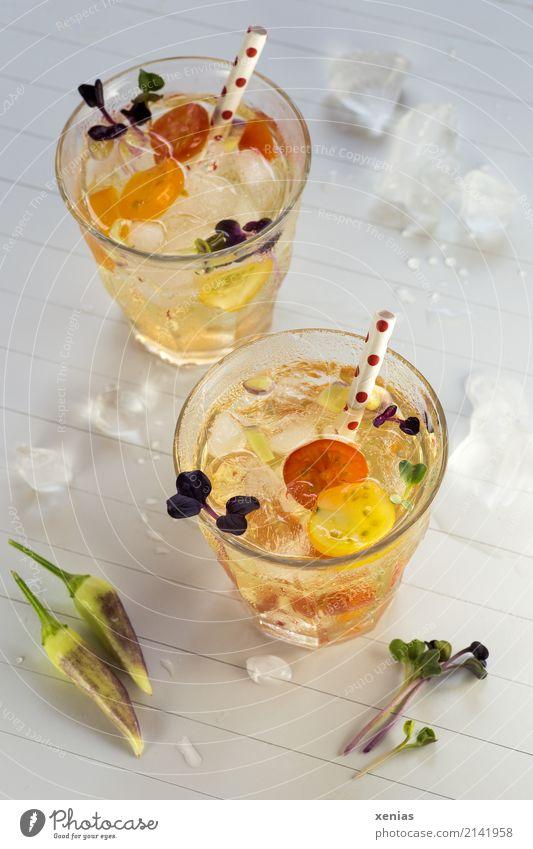 Pikantes Aromawasser mit Tomate, Chili und rotem Rettich Gemüse Getränk Erfrischungsgetränk Trinkwasser Eiswürfel Glas Trinkhalm Gesundheit Gesunde Ernährung