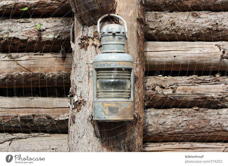 alte rostige Laterne am Holzzaun braun Farbfoto Außenaufnahme Menschenleer Tag Vorderansicht Schiffslaterne Holzwand Balken grau schäbig Sammlerstück antik