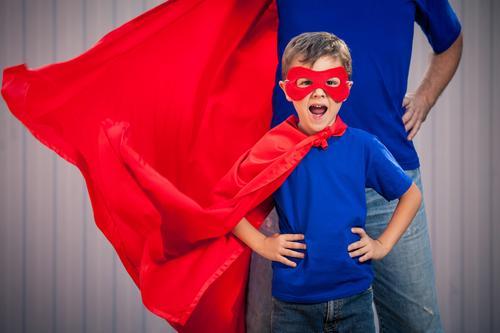 Vater und Sohn, die Superhelden zur Tageszeit spielen. Kind Ferien & Urlaub & Reisen Mann Sommer rot Freude Erwachsene Lifestyle Gefühle Junge