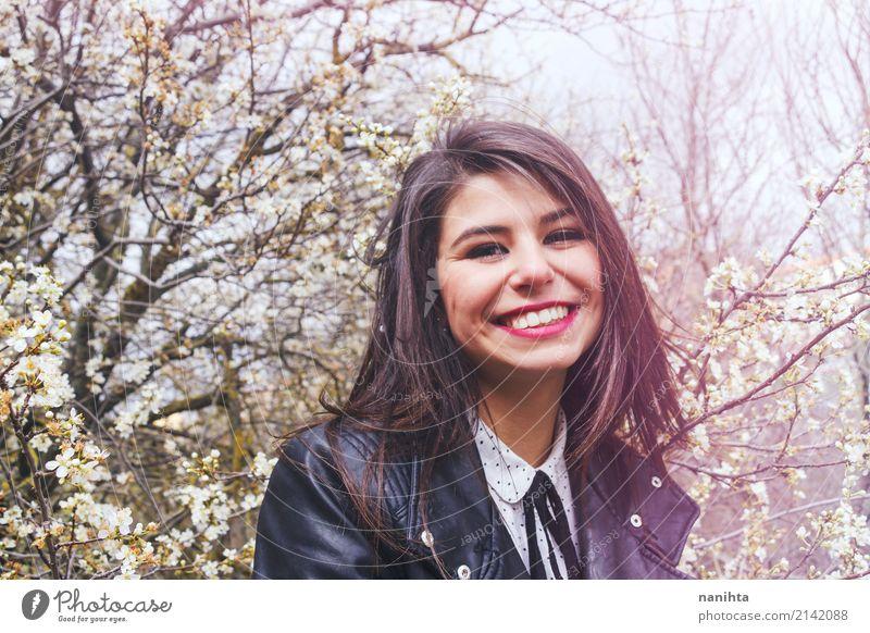 Junge Frau, die am Frühjahr lächelt Lifestyle Stil Freude schön Mensch feminin Jugendliche 1 18-30 Jahre Erwachsene Natur Frühling Baum Blume Garten Park Mode