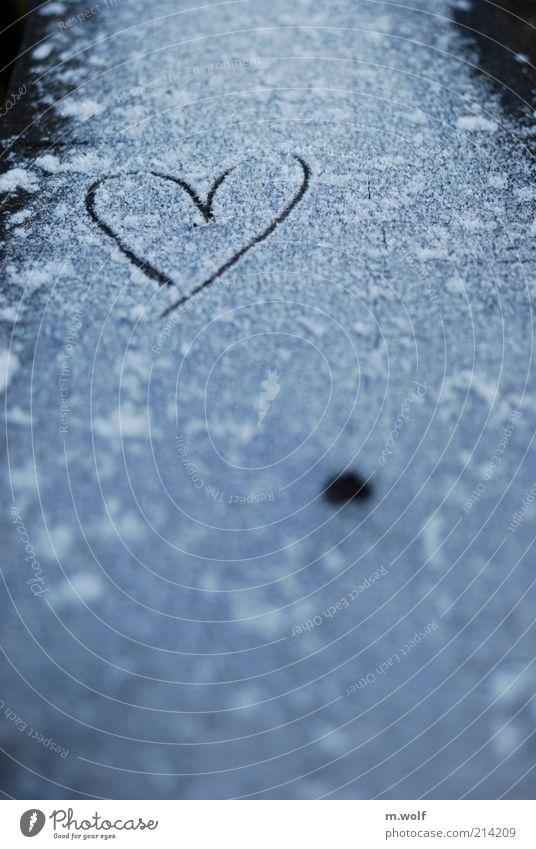 Heartbeat weiß Liebe schwarz dunkel kalt Schnee Gefühle Holz Eis Stimmung Herz Spuren Zeichen gefroren Schneeflocke feuchtkalt