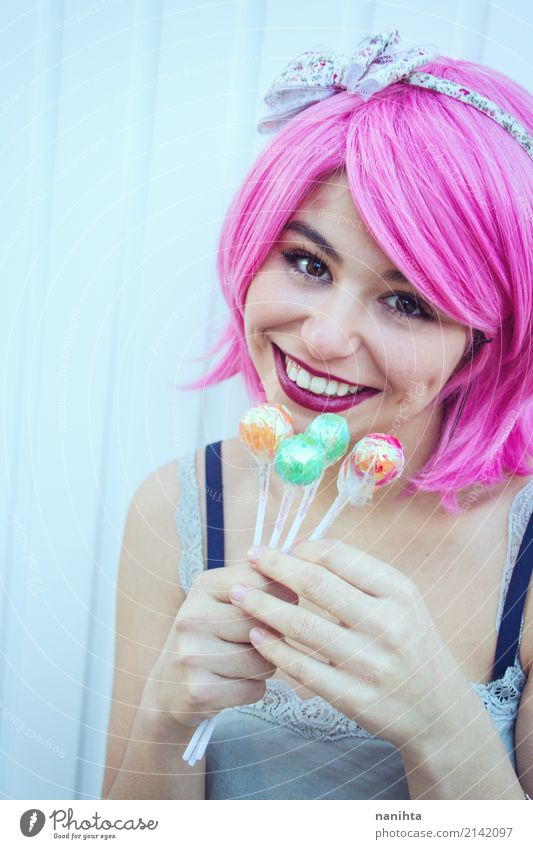 Junge Frau, die bunte Lutscher hält Mensch Jugendliche schön weiß Freude 18-30 Jahre Erwachsene Lifestyle feminin Stil Lebensmittel Feste & Feiern Stimmung rosa