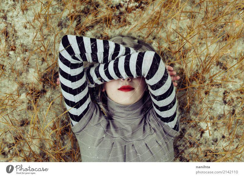 Junge Frau, die ihr Gesicht mit ihren Armen bedeckt Stil Design Lippenstift Mensch feminin Jugendliche 1 18-30 Jahre Erwachsene Kunst Kunstwerk Natur Frühling