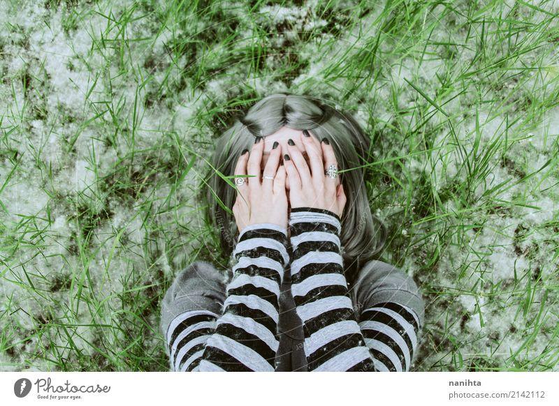 Junge Frau, die ihr Gesicht mit ihren Händen bedeckt Mensch feminin Jugendliche 1 18-30 Jahre Erwachsene Umwelt Natur Frühling Gras Pollen Körnchenflieger Feld