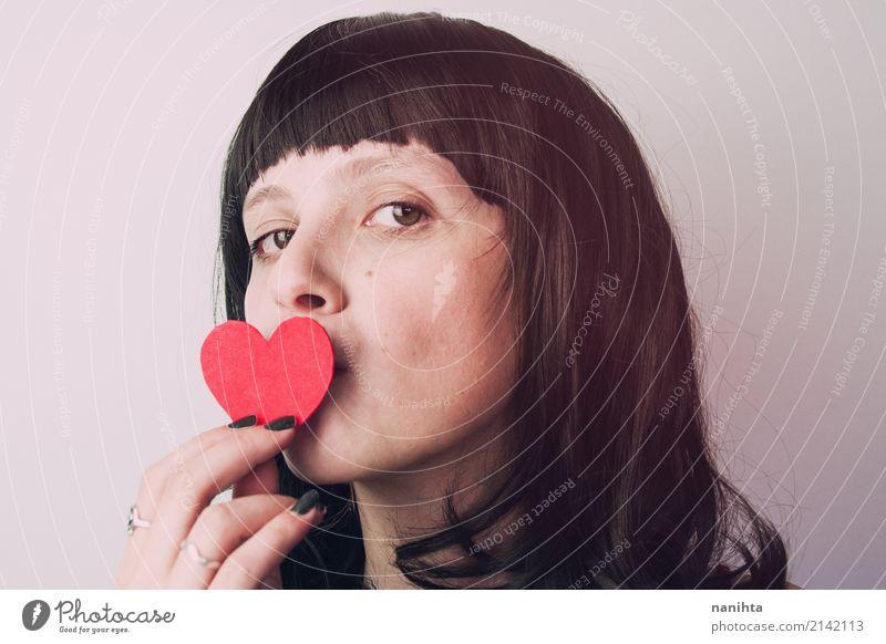 Junge Frau, die ein Herz küsst schön Feste & Feiern Valentinstag Muttertag Mensch feminin Jugendliche 1 18-30 Jahre Erwachsene Haare & Frisuren schwarzhaarig