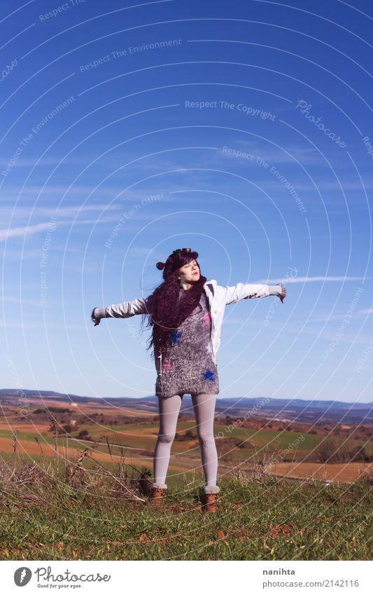 Junge Frau, die ihre Arme mitten in Himmel anhebt Mensch Natur Jugendliche Landschaft Erholung Winter 18-30 Jahre Erwachsene Leben Lifestyle Herbst Gesundheit