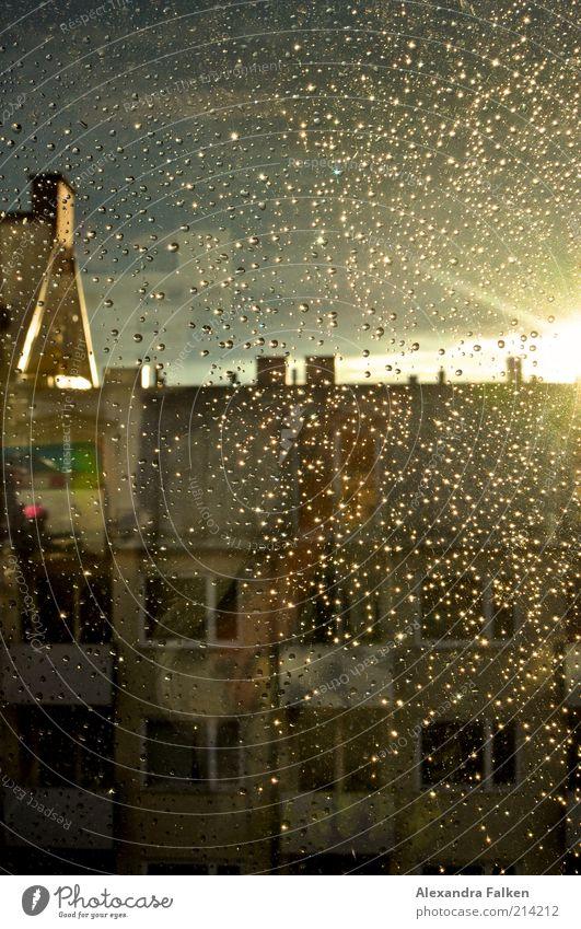 After the rain. Haus Bauwerk Gebäude Mehrfamilienhaus Dach Schornstein Dachgiebel nass Regen Fensterscheibe Gegenlicht Farbfoto Abend Dämmerung Schatten