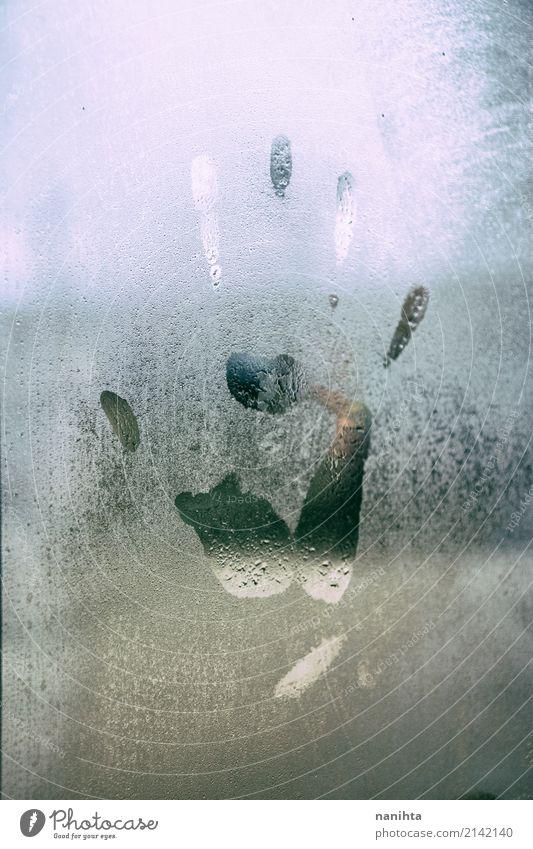 Menschlicher Handdruck in einem nassen Fenster Klima Wetter schlechtes Wetter Nebel Regen Glas Kristalle Spuren dreckig dunkel authentisch einzigartig Stimmung
