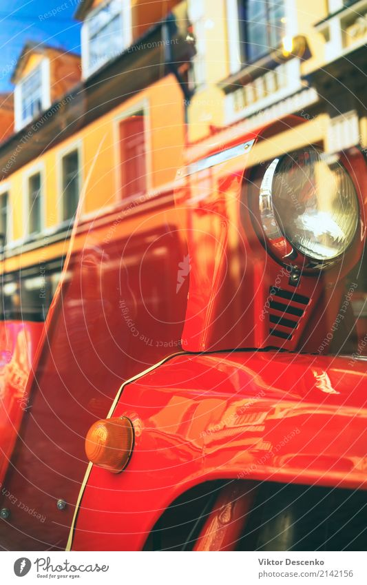 Roter Bewegungsroller in der Stadtreflexion Stil Design Ferien & Urlaub & Reisen Haus Motor Kultur Park Ostsee Gebäude Architektur Verkehr Straße Fahrzeug