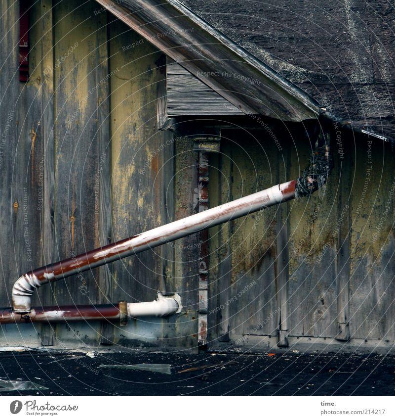 Krumme Touren Wasser alt Haus gelb Holz Dach kaputt Wandel & Veränderung Verfall Ruine Holzbrett diagonal Scheune Abfluss Teer Altbau