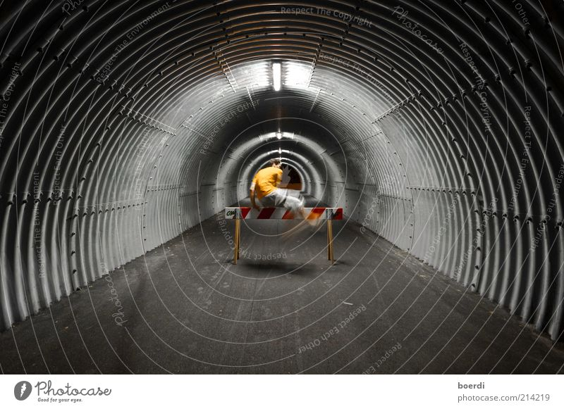 hÜhüpf Mensch Freude Leben dunkel Architektur springen Stimmung Freizeit & Hobby maskulin Kreis rund Bauwerk Fitness sportlich Tunnel Röhren