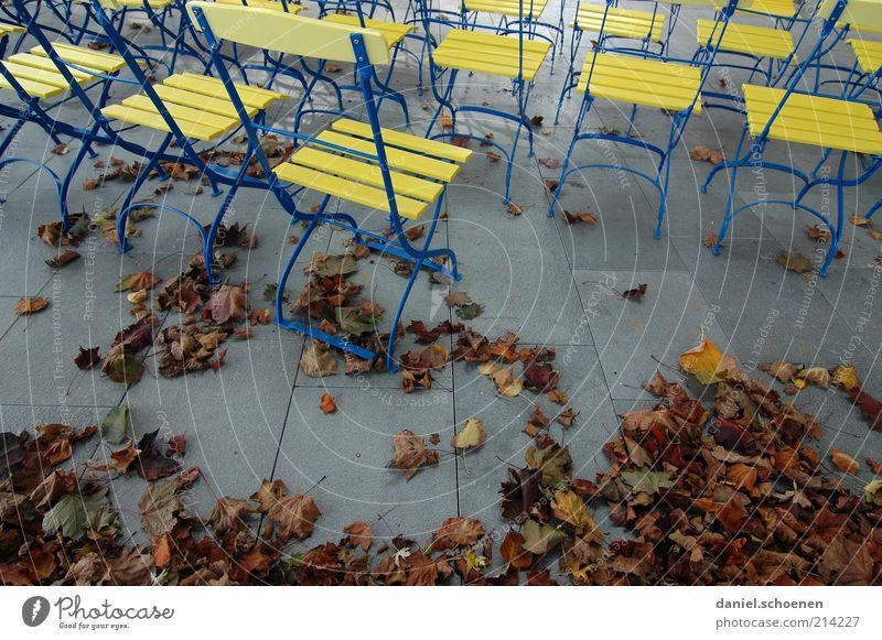 Nachsaison Tourismus Ausflug Herbst Blatt Gefühle Stimmung Biergarten leer ruhig Stuhl Menschenleer gelb Metall Holz Gastronomie Steinboden