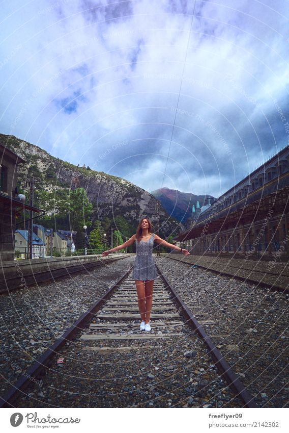 Junge Frau, die in der verlassenen Eisenbahn von Canfranc steht Ferien & Urlaub & Reisen Tourismus Ausflug Abenteuer Berge u. Gebirge wandern Mensch feminin