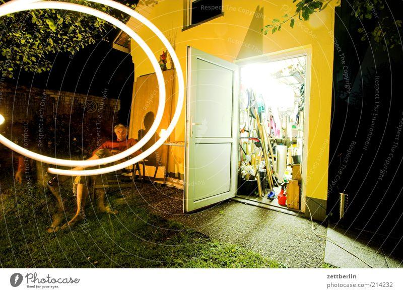 Nachts im Garten Mensch Haus Gras Erwachsene Tür Fassade sitzen Ordnung offen Stuhl Häusliches Leben Werkzeug erleuchten Spirale Scheune