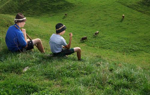 Almhirten Arbeitsplatz Landwirtschaft Forstwirtschaft Jugendliche Umwelt Natur Landschaft Sommer Gras Hügel Alpen beobachten Verantwortung achtsam Wachsamkeit