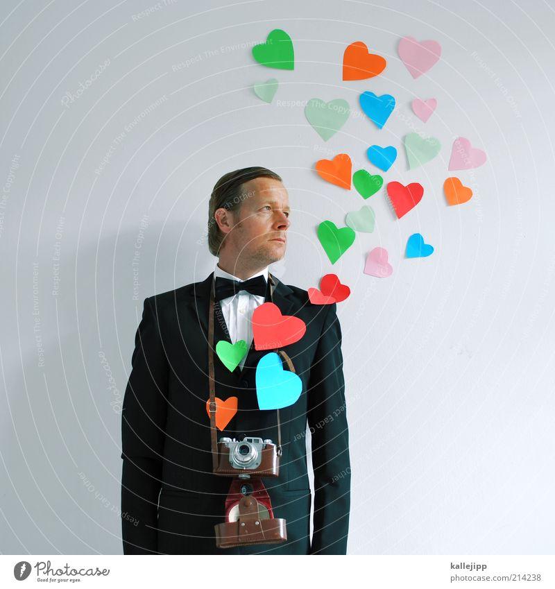 leidenschaft Mensch Mann Erwachsene Liebe Freizeit & Hobby Herz Fotografie maskulin Fotokamera Hemd Anzug Verliebtheit aufsteigen ernst mehrfarbig Fotograf