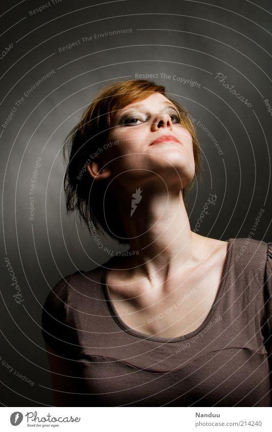 Ego Mensch feminin Junge Frau Jugendliche 1 18-30 Jahre Erwachsene rothaarig zerzaust Hochmut selbstbewußt dünn eigen eigenwillig Farbfoto Gedeckte Farben
