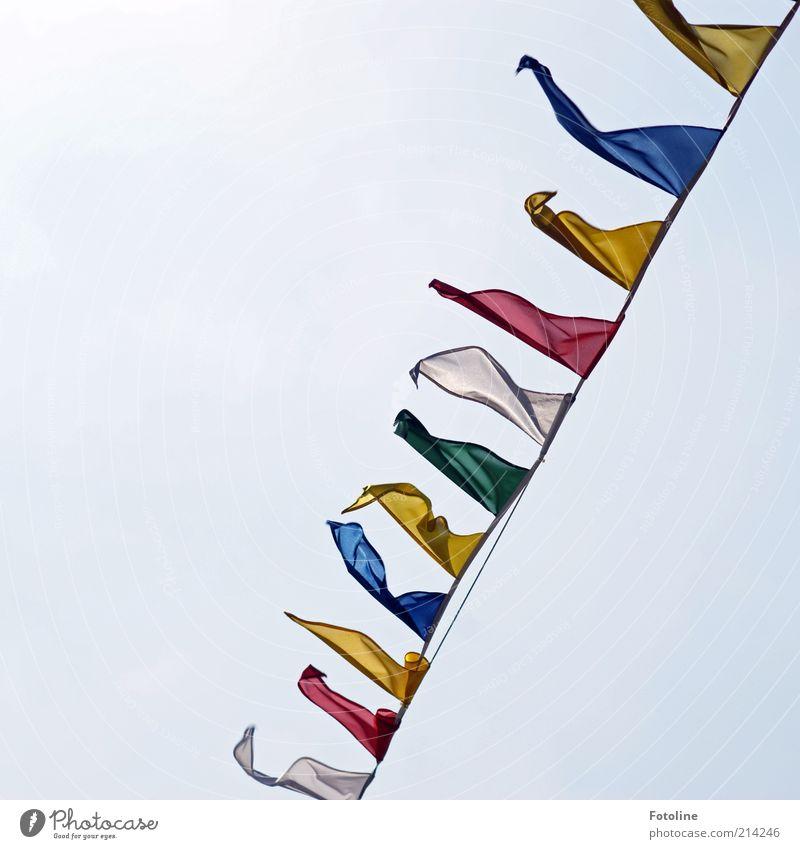 Fähnchen im Wind Fahne hell flattern wehen rot gelb grün blau Farbfoto mehrfarbig Außenaufnahme Menschenleer Textfreiraum links Textfreiraum oben Tag