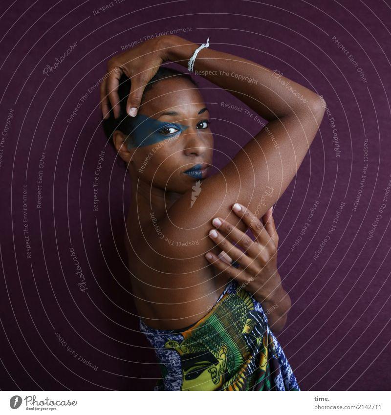 . Schminke feminin Frau Erwachsene 1 Mensch Stoff Schmuck schwarzhaarig kurzhaarig beobachten festhalten Blick außergewöhnlich schön selbstbewußt Willensstärke