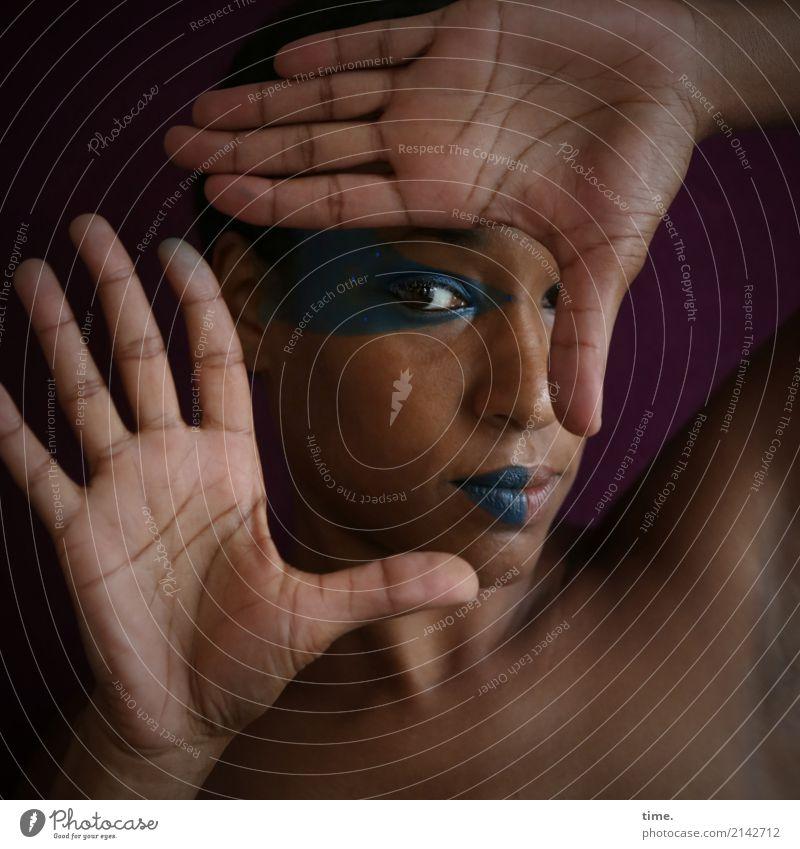. Schminke feminin Frau Erwachsene Hand 1 Mensch beobachten festhalten Blick dunkel schön selbstbewußt Willensstärke Sicherheit Schutz Verschwiegenheit