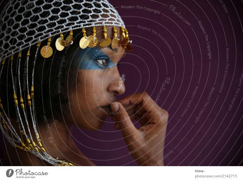 . schön Schminke feminin Frau Erwachsene 1 Mensch Schmuck Perlenmütze schwarzhaarig beobachten Denken Blick Traurigkeit warten geduldig Interesse Sorge Trauer