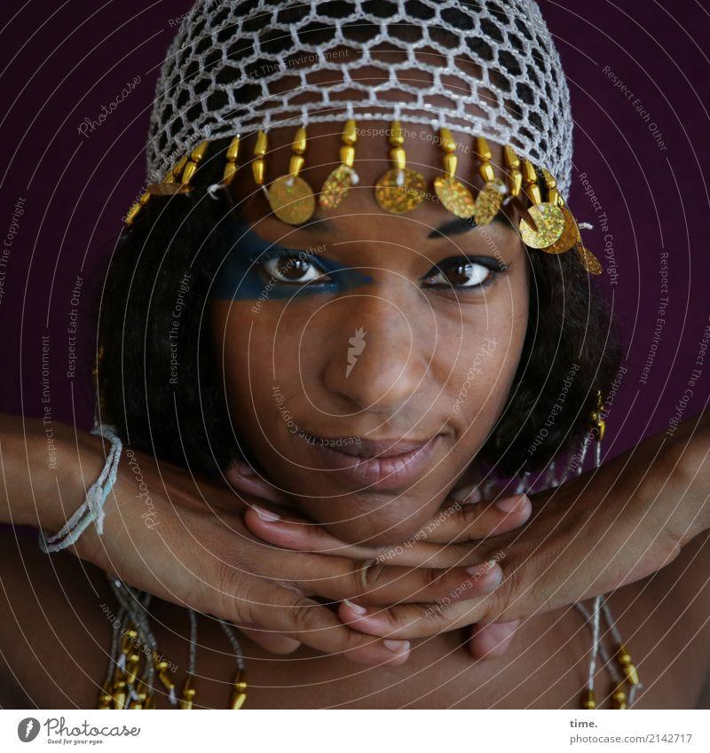 . Schminke feminin Frau Erwachsene 1 Mensch Schmuck Perlenmütze schwarzhaarig beobachten festhalten Lächeln Blick Freundlichkeit schön Zufriedenheit