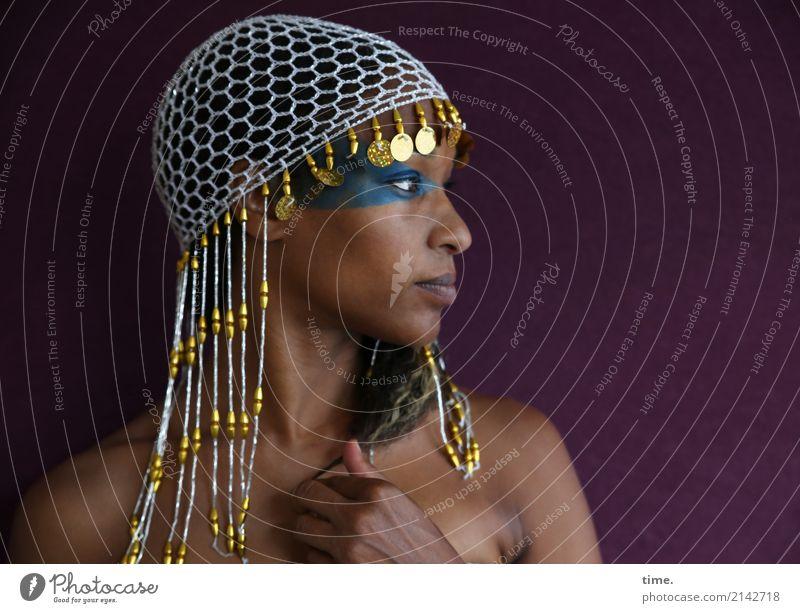 . Schminke feminin Frau Erwachsene 1 Mensch Perlenmütze Zopf beobachten festhalten Blick schön Leidenschaft Wachsamkeit Selbstbeherrschung Leben Neugier